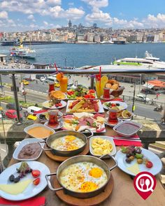 Breakfast Presentation, Food Presentation, Comida Picnic, Istanbul, Breakfast Platter, Turkish Breakfast, Brunch, Food Goals, Recipes From Heaven