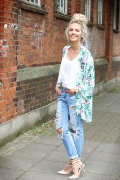 This post shows you how to wear a tropical kimono in combination with ripped boyfriend jeans, a plain white tanktop and a top knot.