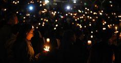 20151204 - Centenas de pessoas seguram velas durante vigília nesta quinta-feira (3) em homenagem às vítimas do massacre em San Bernardino, na Califórnia (EUA). Nesta quinta (2), um casal abriu fogo durante uma festa de final de ano em um centro de ajuda para pessoas com deficiência e deixou 14 mortos. PICTURE: Mark J. Terrill/AP