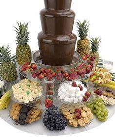 """idée """"animation"""": la fontaine au chocolat avec des brochettes de fruits et des brochettes de guimauve violet et rose."""