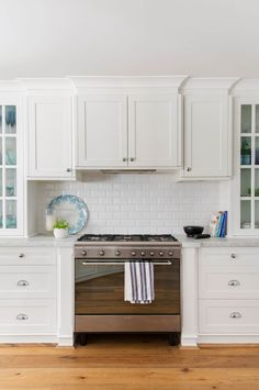 How Australian homes can embrace Hamptons style Hamptons Kitchen, Hamptons House, The Hamptons, Beach Cottage Style, Coastal Style, Coastal Decor, Beach House, Kitchen Styling, Kitchen Decor