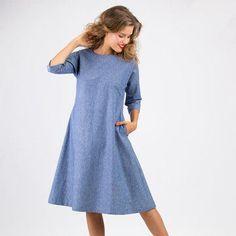 Das Kleid Anna ist ein einfaches leicht A-förmiges Kleid mit Kimonoärmeln und Seiteneingrifftaschen. In der hinteren Mitte wird ein Schlitz mit Schlaufe und Knopf geschlossen. So braucht man keinen Reißverschluss, um ins Kleid zu schlüpfen. Schnittmuster Kleid Anna ist einfach zu nähen.  Du erhältst das Schnittmuster und eine Nähanleitung.