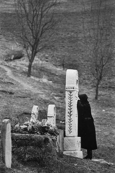 Peter Korniss, At the grave (1973)
