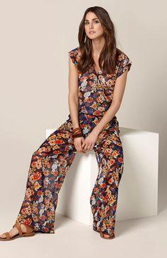 A może tak kwiaty? Modna, szyfonowa bluzka od Happy Holly http://www.halens.pl/moda-damska-marki-happy-holly-14544/bluzka-isabella-550130?imageId=381220&variantId=550130-0018 koniecznie z pasującymi do tego szerokimi spodniami http://www.halens.pl/moda-damska-na-do-spodnie-5760/spodnie-isabella-549719