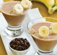 kawa,banan,jogurt:  – 1 duży jogurt naturalny  – 1 szklanka zaparzonej i ostudzonej kawy   – 4 banany   – 4 łyżki płatków owsianych