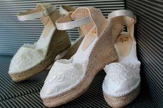 Cuñas, esparteñas o alpargatas para novia Indiana, Wedding Shoes, Wedding Dresses, Shoe Box, Beautiful Shoes, Espadrilles, Wedges, Boots, How To Wear
