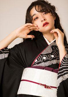 A modern vintage kimono dressed by bow Leica. A modern vintage kimono dressed by bow Leica.- 弓ライカが着こなす、モダンなビンテージ振袖。 A modern vintage kimono dressed by bow Leica. Junior Clothing Stores, Chevron Print Dresses, Modern Kimono, Kimono Japan, Japan Woman, Vintage Kimono, Kimono Dress, Junior Outfits, Kimono Fashion