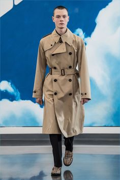 Gosha Rubchinskiy unveils a trench coat from its fall-winter 2018 collaboration with Burberry.
