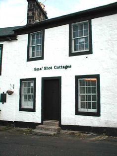This cottage is the only survivor of the original shuttle street, which was built from 1735 to the early and belongs to the world of the hand loom weavers. Paisley Scotland, Scotland Uk, Island Of Skye, Places Of Interest, Glasgow, Cottage, The Originals, History, World