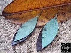 """pendientes de cuero """"plumas"""" pendientes hechos con cuero de dos colores con forma de pluma.  perfectos para un estilo informal, muy ligeros, no p..."""