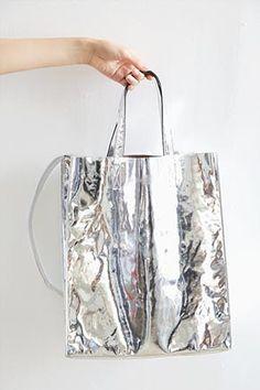 Today's Hot Pick :银色镜面方形单肩包 http://fashionstylep.com/SFSELFAA0028900/stylenandacn/out 银色镜面方形单肩包 - 个性银色 - 多种风格 仅银色一种颜色,喜欢的MM们值得拥有哦^^