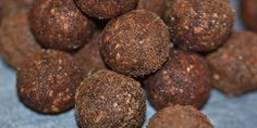 Sunde og lækre dadelkugler som både indeholder lakrids og er rullet i lakridspulver. Nem opskrift med kun 3 ingredienser.