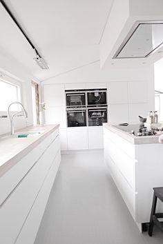 Kjøkkenet er nesten ferdig, litt flikking og fliser bak vasken gjenstår men vi er nesten der. Ventilator, Eico Distante. Siemens ovn, kombid...