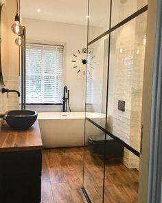 Zwarte waskom, zwarte toilet, zwarte kranen, maar bovenal een gaaf vrijstaand bad! Een mooie keramisch houten vloer met een inloopdouche. Te gekke moderne jaren 30 badkamer inspiratie met een vrijstaand bad. #minciobadkamer #vrijstaandbad