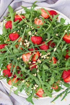 Rucola Erdbeer Salat mit Erdbeer-Vinaigrette und Pinienkernen