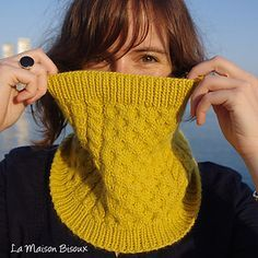 La Maison Bisoux & Knitted Art present the Bee Cowl pattern, designed by Ángela Gómez Ortega. You have the pattern, which is available in english, portuguese and spanish (soon in french), on Ra… Easy Knitting, Knitting Patterns Free, Knitting Yarn, Crochet Stitches Patterns, Free Pattern, Cowl Patterns, Knit Cowl, Knitted Shawls, Knit Crochet