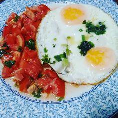 Jantinha: salada de tomate e ovos fritos.  #quevenhaoinverno2016 #comidadeverdade #paleo #vidasaudável #lowcarb #atividadefisica #lchf #paleosp #vidasaudavel #regime #dietasemfrescura #projetovidasaudavel #secavaca30dias2 #secavaca2 #comeeagacha #semfingimento #30tododia #boanoite #boanoitee by santa_receita