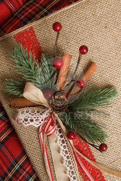Χριστουγεννιάτικο βιβλίο ευχών ντυμένο με λινάτσα με χειροποίητη χριστουγεννιάτικη σύνθεση