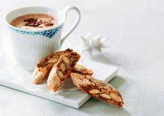 Julebiscotti opskrift - Lav din egen lækre julebiscotti med denne gode opskrift fra Odense Marcipan. Smuldr forsigtigt marcipanen i og saml dejen. Læs opskriften