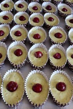 Pastanelerde satılan mekikleri hayran hayran seyrederiz. Artık kendi mekiğinizi evde rahatlıkla yapabilirsiniz. Pamuk gibi olma garantisi benden :) Antep Fıstıklı Vişneli Mekik... Cheesecake Cupcakes, Mini Cupcakes, Cookie Desserts, Cookie Recipes, Cap Cake, Waffle Cake, Waffle Iron, Turkish Recipes, Cake Cookies