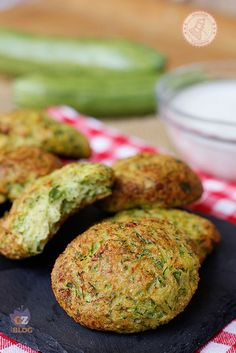 FRITTELLE DI ZUCCHINE AL FORNO Veg Recipes, Italian Recipes, Vegetarian Recipes, Cooking Recipes, Healthy Recipes, Antipasto, I Love Food, Good Food, Hamburger