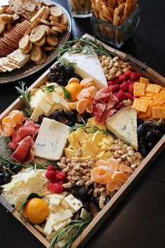 Thanksgiving Dinner >> Look at this amazing rustic fall cheese and fruit tray my friend Lindsay made! How to put together a cheese and fruit tray Snacks Für Party, Appetizers For Party, Appetizer Recipes, Delicious Appetizers, Party Appetisers, Delicious Food, Party Nibbles, Appetizers Table, Fall Snacks