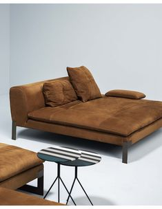Discover Viktor, the unique leather sofa with a contemporary personality Chaise Lounges, Lounge Sofa, Sofa Bed, Daybed, Baxter Furniture, Sofa Furniture, Furniture Design, Sofa Upholstery, Cushions On Sofa