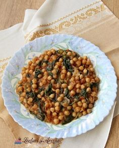 Cum vopsim ouale rosii in mod natural - Lecturi si Arome Dog Food Recipes, Dessert Recipes, Desserts, Black Eyed Peas, Chana Masala, Creme Caramel, Cheesecake, Beans, Food And Drink
