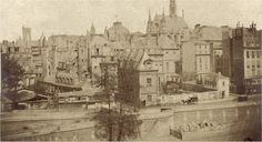 Une photo saisissante, prise entre 1850 et 1854, du quai des Orfèvres, de l'ancienne Préfecture de police et de la rue de Jérusalem, disparue et englobée dans l'actuel Palais de Justice. L'Hôtel des premiers présidents du Parlement fut occupé de 1800 à 1871 par la Préfecture et incendié le 24 mai 1871.  Une photo de Pierre Ambroise Richebourg (1810-1875). Opticien devenu photographe, il fut l'un des photographes officiels du Second Empire, réalisant notamment des clichés du Palais de…