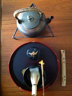 The Japanese tea ceremony Matcha, Japanese Tea House, Tea Culture, Japanese Tea Ceremony, Teapots And Cups, Chinese Tea, Tea Art, Drinking Tea, A Table
