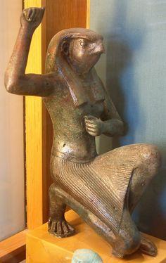Statue du dieu Horus sous sa forme composite à corps humain & tête de faucon,vêtu de la chendjit, le pagne traditionnel égyptien - Musée du Louvre, Paris.