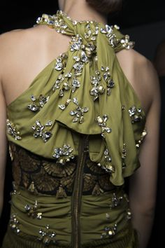 love the olive color Style Haute Couture, Couture Details, Fashion Details, Fashion Design, High Fashion, Womens Fashion, Beautiful Outfits, Gorgeous Dress, Olive Green