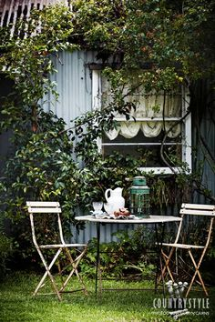 Rosie Wynter resurrected an 1860s cottage in the village of Rydal, west of the Blue Mountains in New South Wales. The hard work of bringing the cottage back to life was followed by the transformation of the garden from a paddock of weeds to a plot filled with pretty perennials. Photography Sharyn Cairns #countrystyle #outdoors #outdoortablesetting