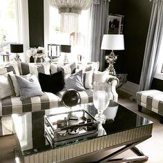 Vi rydder plass til nye varer og har nå Supertilbud på denne nydelige sofaen. (4900 kr) Ha en fin dag i solen alle sammen. #classicliving #sofa #interiør #interior