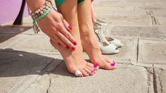 Comment faire disparaître rapidement et apaiser une ampoule ou une écorchure au pied ?noté 4 - 6 votes Avec la rentrée, on se présente souvent au travail ou à l'école avec de nouveaux souliers étincelants de propreté et tout neufs. Le souci, c'est qu'avec de nouvelles chaussures, cela ne rate jamais : on finit avec …