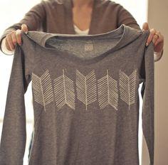 胸元の柄が素敵なTシャツですね!これ、実はDIYで作ったものなんです。誰もが一枚は持っているシンプルな無地のTシャツに漂白剤で絵を描いて作っています。