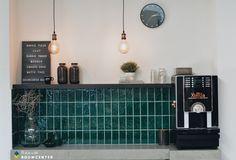 Retro koffiehoek met groene tegeltjes. Accessoires mat zwart en een betonnen blad. Echt een gezellig hoekje voor klanten! Bar Cart, Showroom, Toilet, Furniture, Home Decor, Accessories, Flush Toilet, Decoration Home, Room Decor