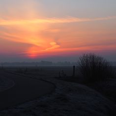 Sunrise during morningwalk!  #morningwalk #staatsbosbeheer #nationaalparkdeweerribben #weerribben #water #giethoorn #waterreijk #nature #sun #sunrise