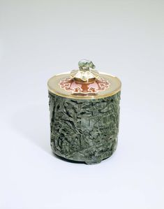 Cartier gold tobacco jar with jade, enamel and sapphires dating from 1930. Image: Courtesy Hillwood Estate, Museum and Gardens.