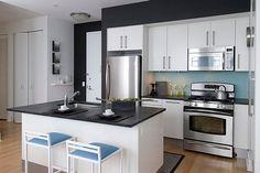 peinture-cuisine-noir-graphite-armoires-blanches-crédence-bleue.jpg (750×502)