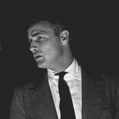 "Photo group of Marlon Brando, Eva Marie Saint, co stars and troupe, on the set of Elia Kazan film ""On the waterfront"" in Hoboken c. Marlon Brando, Rebel, Eva Marie Saint, Oliver Reed, Jean Simmons, Straight Guys, Movie Costumes, Classic Movies, American Actors"