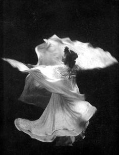 Loïe Fuller - c. 1898 - La danse blanche - Photo by Taber Prang Art Co. - American pioneer of both modern dance and theatrical lighting techniques.