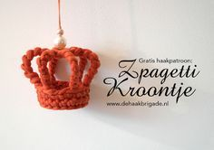 This cool crown made from zpagetti would make an excellent decoration. The pictures give you enough info to make the pattern without having to translate them