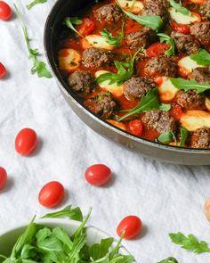 Envie : une assiette de boulettes de bœufs sauce tomate mozzarella et roquette Réalité : je suis plutôt affalée dans le canapé à attendre monsieur pour choisir ce quon va commander à manger. Pour les plus motivé.es la recette des boulettes de bœuf sauce tomate et mozzarella est toujours sur le blog  - - - #wadjicookingmama #foodblogger #foodstagram #inmykitchen #getminimal #eattheworld