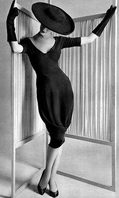 Barrel skirt with the drape caught at the bottom, of black crêpe, by Madame Grès, photo by Philippe Pottier, 1958 Madame Gres, Moda Vintage, Vintage Mode, Vintage Style, Estilo Fashion, Moda Fashion, 50 Style, Mode Style, Fifties Fashion