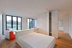 Кровать с креслами в спальне