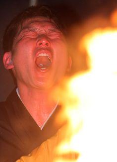 2014年 苦悶(くもん)の表情を見せながら護摩行に取り組む新井貴(撮影・藤尾明華)