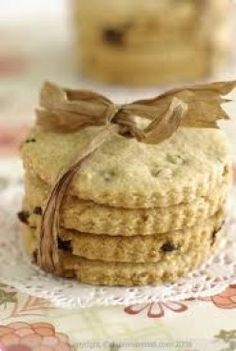 Traditional Easter Biscuits with a Twist of Amaranth Flour Chocolate Easter Cake, Homemade Chocolate, Flour Recipes, Baking Recipes, Easter Hot Cross Buns, Amaranth Recipes, Easter Biscuits, Homemade Biscuits, Occasion Cakes