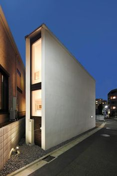 Wonderfully cool house making great use of a tiny block Narrow House Designs, Modern House Design, Crazy Houses, Cool Houses, Modern Townhouse, Compact House, Small Buildings, Facade Design, Japanese House