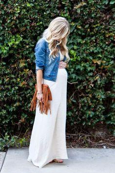 umstandskleid in weiss, jeansjacke, braune ledertasche #pregnancydress,